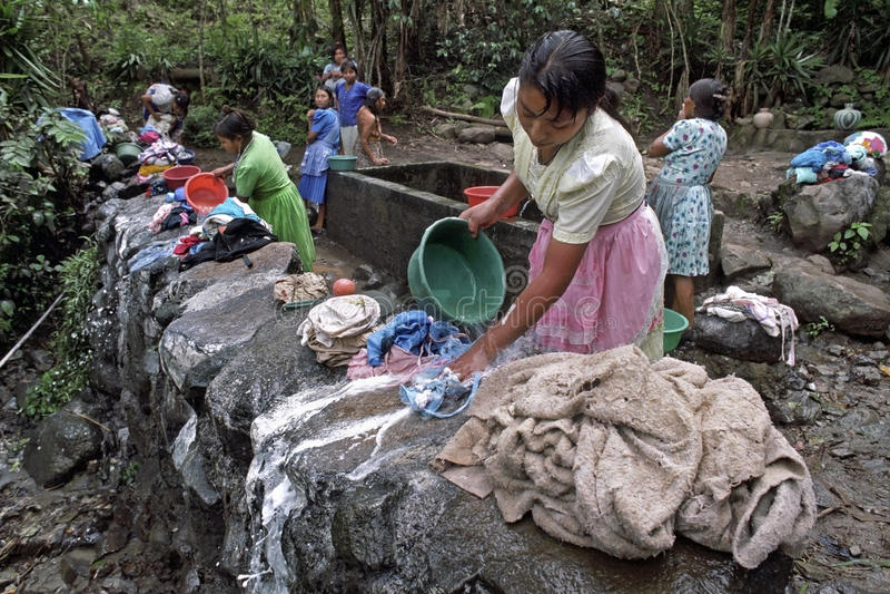 Vida da vila com a lavanderia que lava mulheres indianas imagens de stock