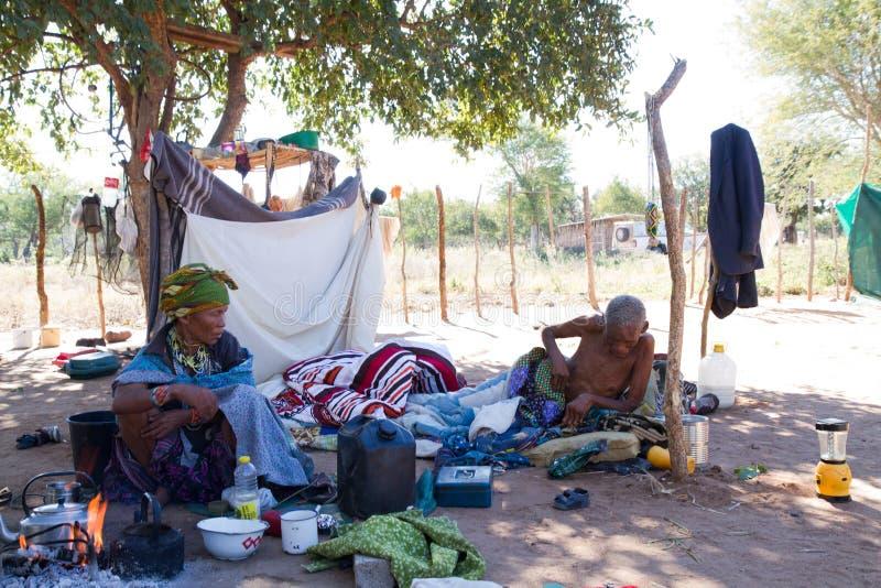Vida da vila de San em Namíbia imagem de stock