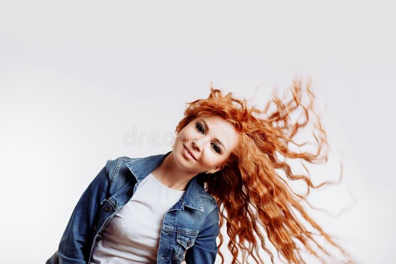 Vida de vida ao retrato o mais completo da fêmea europeia despreocupada atrativa com cabelo do gengibre, rindo para fora ruidosam fotografia de stock