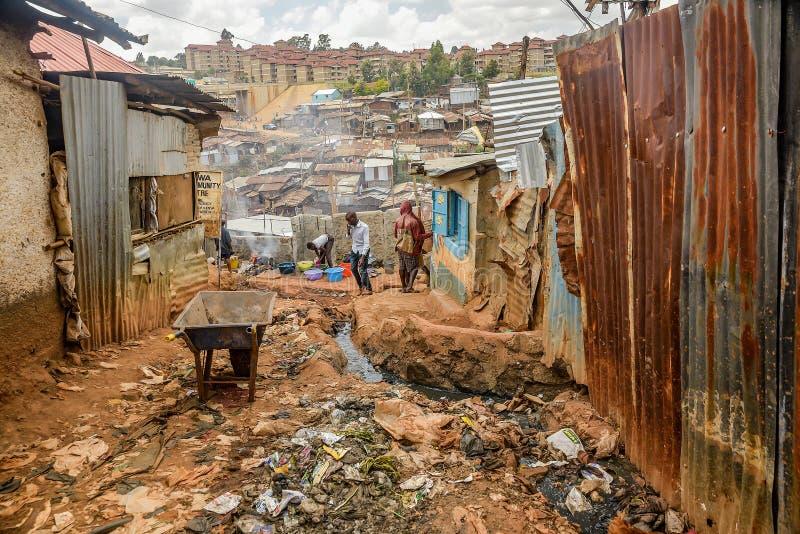 Vida de cada día de la población local de los tugurios de Kibera en Nairobi, Kenia imagen de archivo libre de regalías