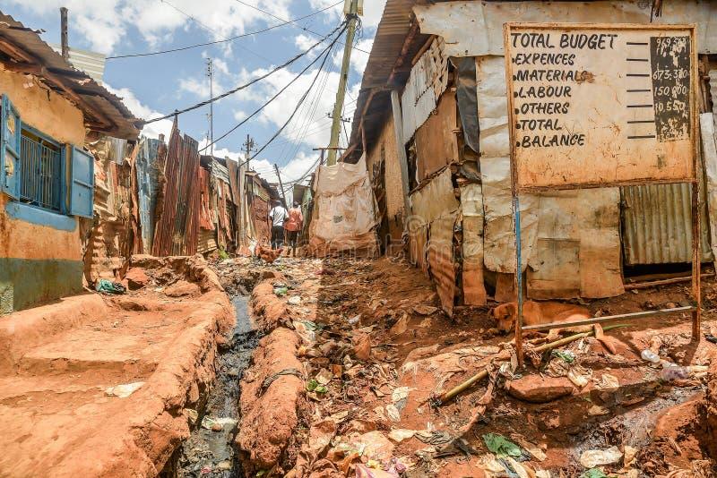 Vida de cada día de la población local de los tugurios de Kibera en Nairobi, Kenia fotografía de archivo libre de regalías