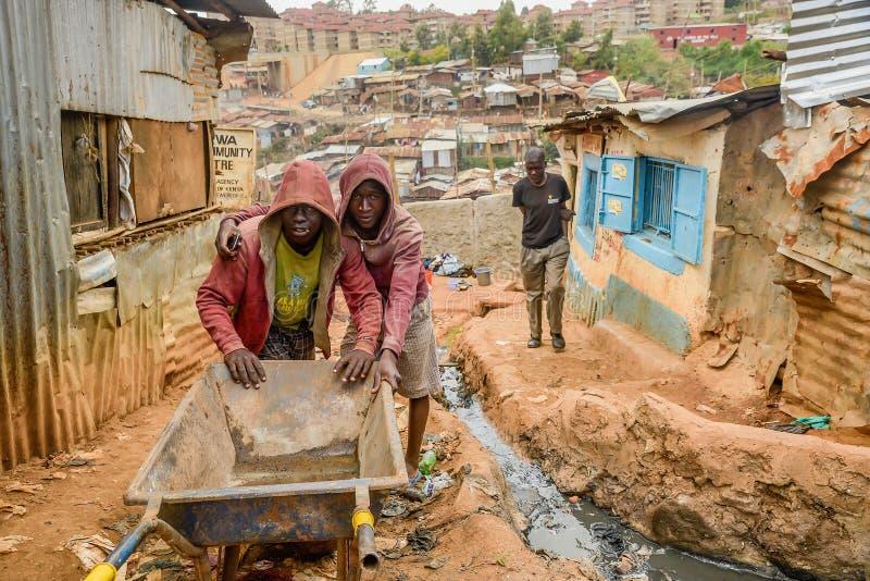 Vida de cada día de la población local de los tugurios de Kibera en Nairobi, Kenia imagen de archivo
