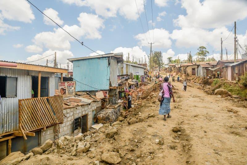 Vida de cada día de la población local de los tugurios de Kibera en Nairobi, Kenia fotos de archivo
