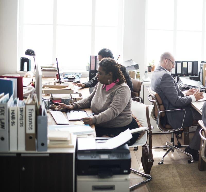 Vida de cada día de hombres de negocios en la oficina foto de archivo libre de regalías