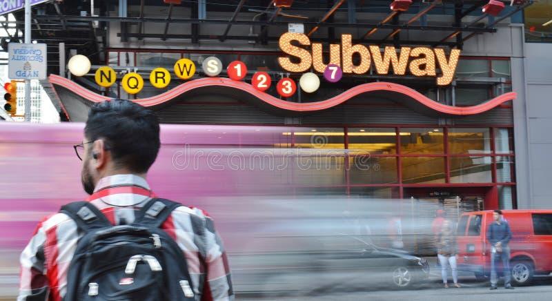 Vida de ciudad apretada ocupada borrosa entrada de los coches y de los peatones del movimiento del subterráneo del Times Square d imagenes de archivo