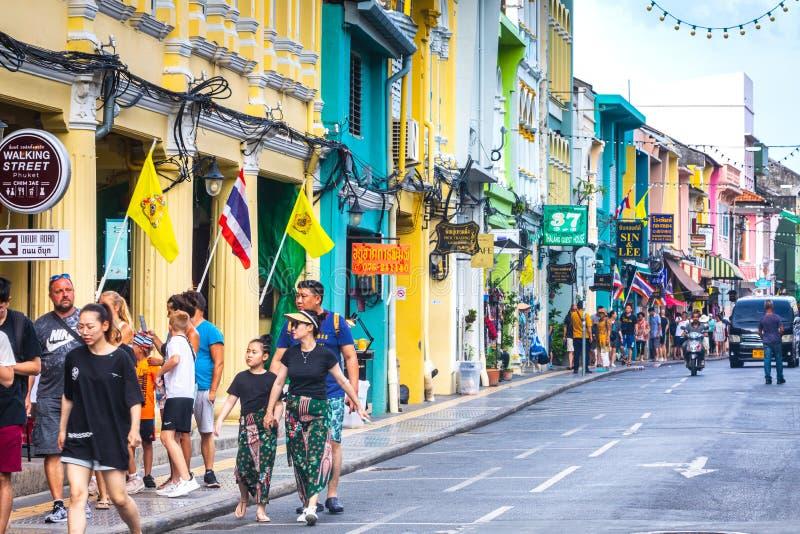 Vida de ciudad en el centro histórico de Phuket, casas y ciudadanos coloridos y turistas imagen de archivo