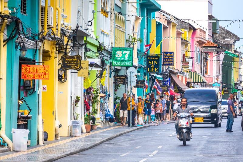Vida de ciudad en el centro histórico de Phuket, casas y ciudadanos coloridos y turistas foto de archivo
