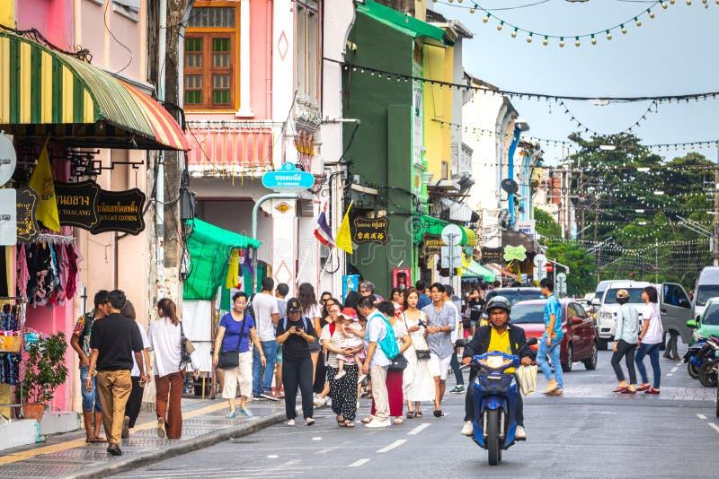 Vida de ciudad en el centro histórico de Phuket, casas y ciudadanos coloridos y turistas imagen de archivo libre de regalías