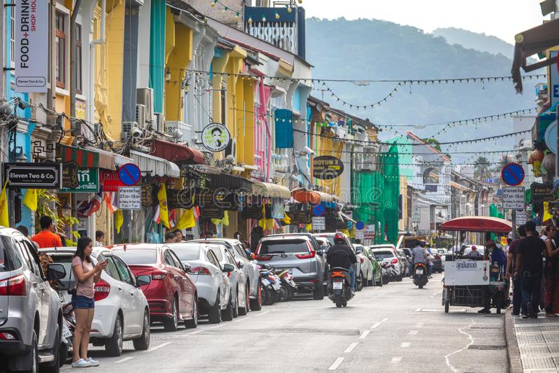Vida de ciudad en el centro histórico de Phuket, casas y ciudadanos coloridos y turistas imágenes de archivo libres de regalías