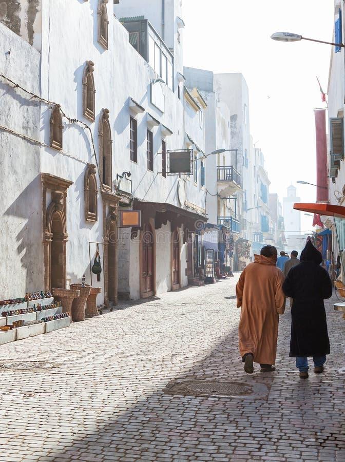 Vida de ciudad lenta por mañana soleada brumosa en la calle de las compras, Medina de Essaouira, Marruecos imagen de archivo libre de regalías