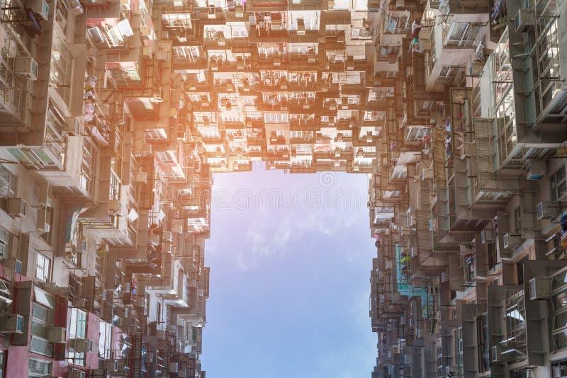 Vida de ciudad de los tugurios del apartamento de Hong Kong de la visión inferior fotos de archivo