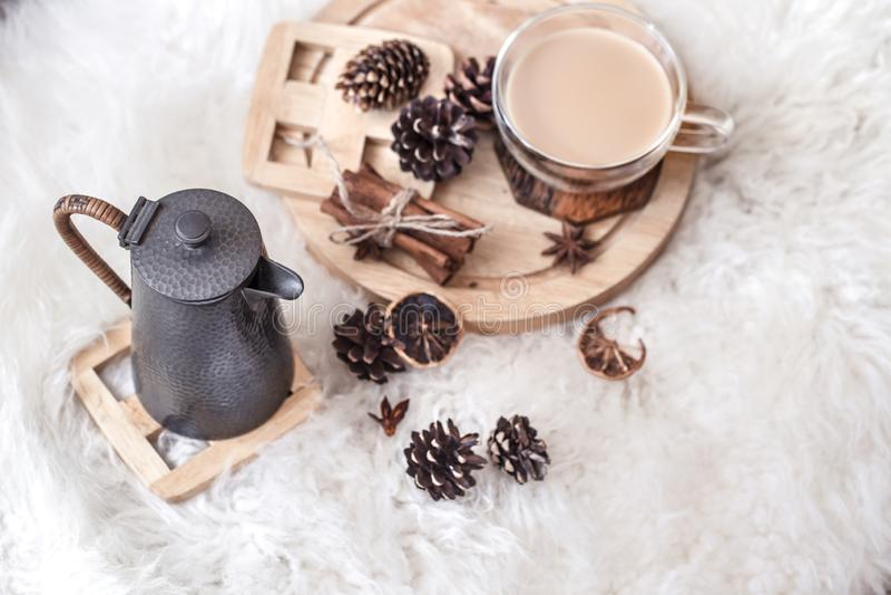 Vida de la calma del invierno con los conos y la bebida caliente foto de archivo