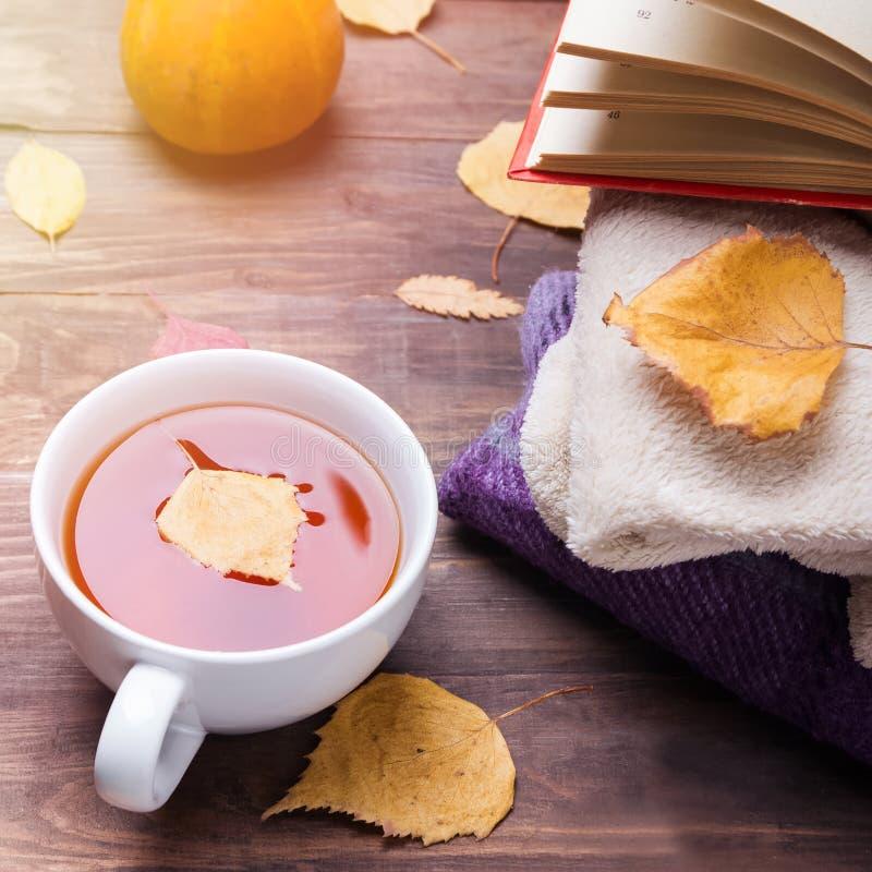 Vida de la calma del otoño con té y hojas amarillas fotografía de archivo libre de regalías