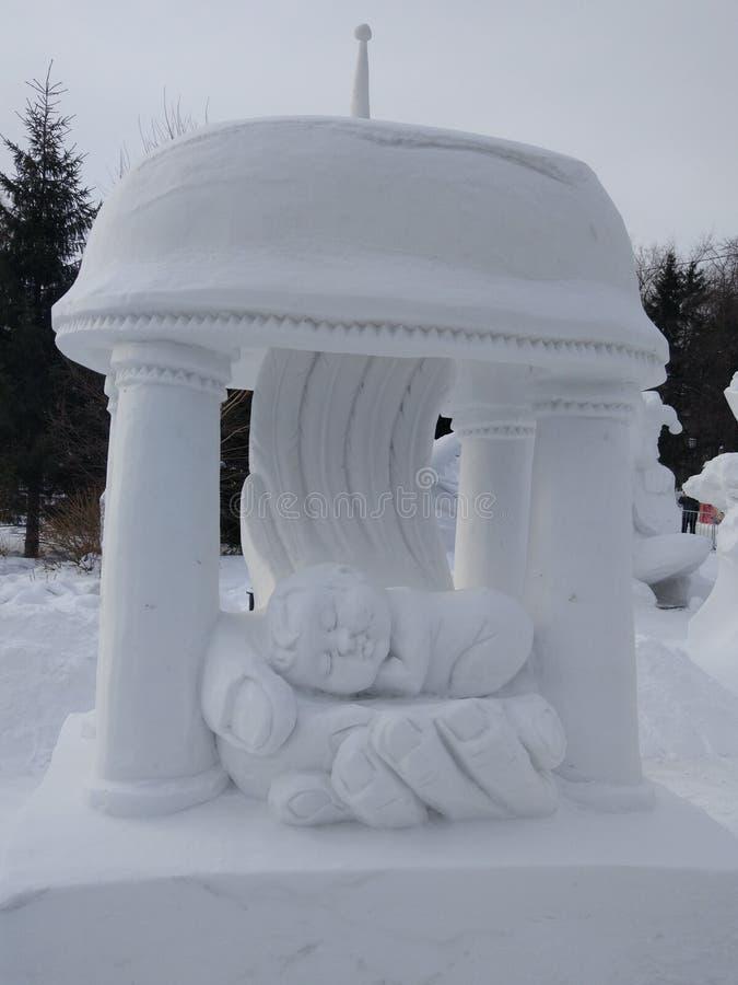 Vida de la escultura de hielo en las palmas foto de archivo libre de regalías