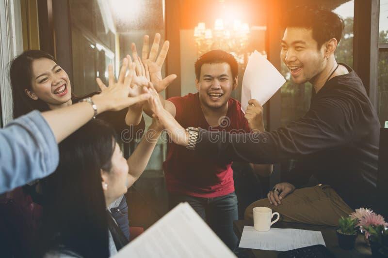Vida de la oficina, emoción de la felicidad del éxito de trabajo del equipo independiente fotografía de archivo libre de regalías