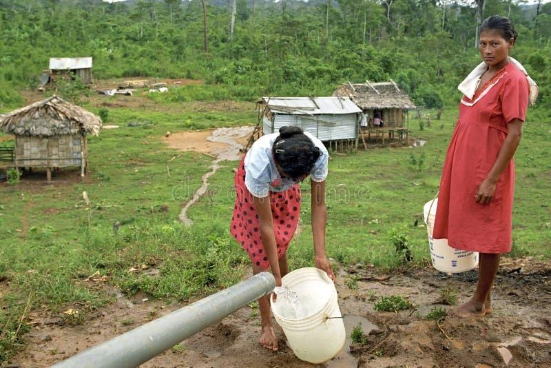 Vida de mulheres indianas, rio da vila dos cocos, Nicarágua imagem de stock