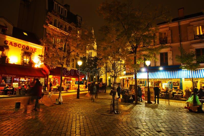Vida de noche en el lugar du Tertre en París foto de archivo libre de regalías