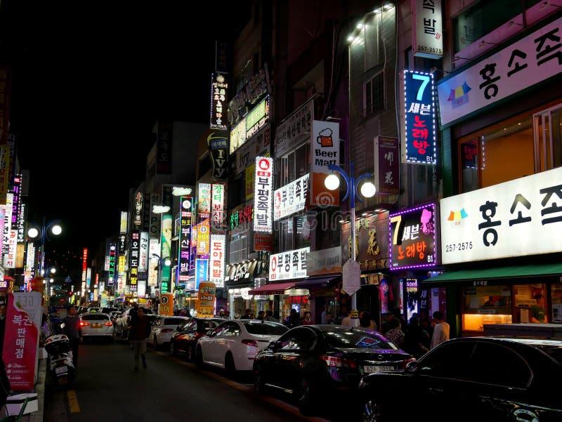 Vida de noche en la calle de Nampo-Dong imagenes de archivo