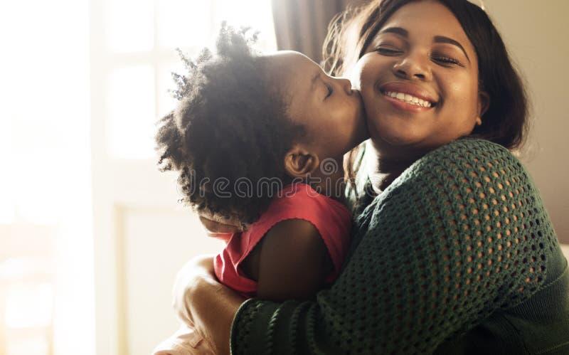 Vida de reclinación casera de la casa de la familia de la ascendencia africana fotos de archivo
