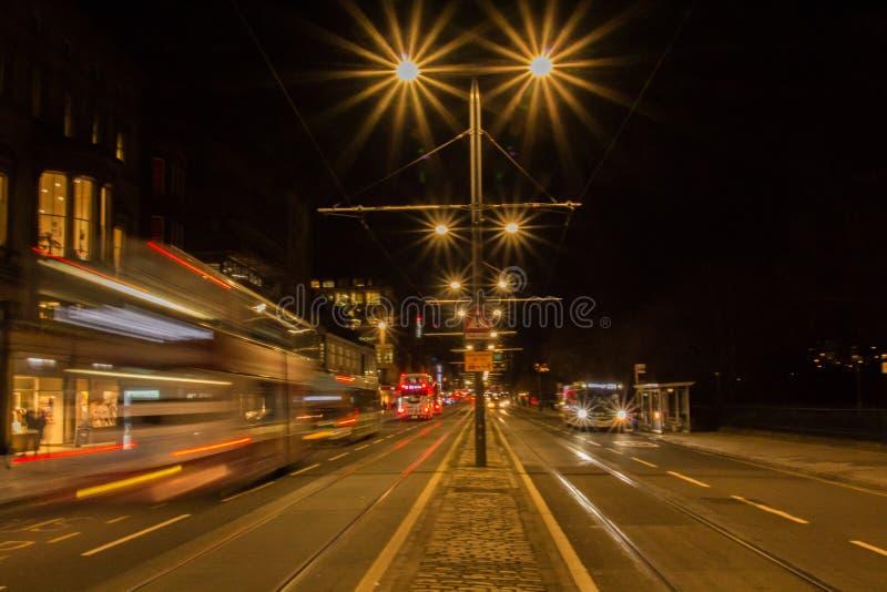 Vida de rua na noite 3 na cidade de Edimburgo foto de stock