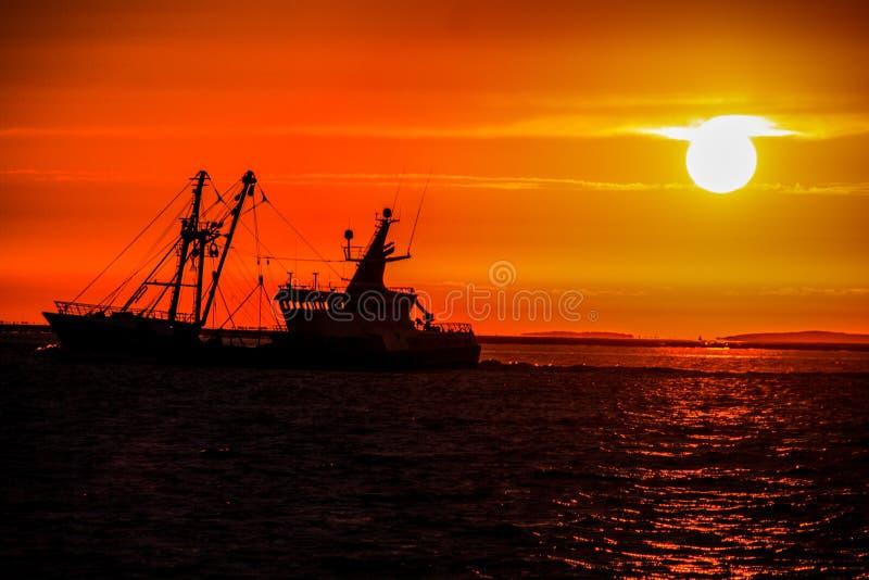 Vida de un hombre del pescador en el mar del rhe imagenes de archivo