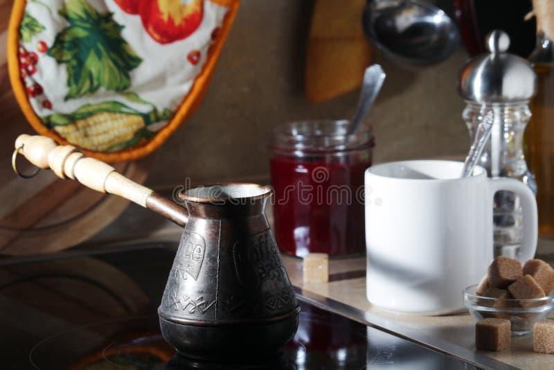 Vida do destilador da manhã com um potenciômetro do café e uma caneca imagens de stock royalty free