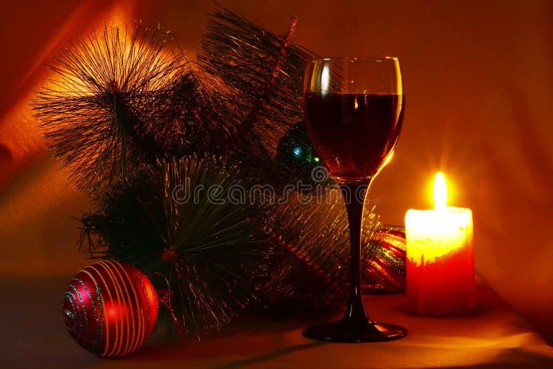 Vida do destilador do feriado de ano novo com um vidro do vinho imagens de stock royalty free