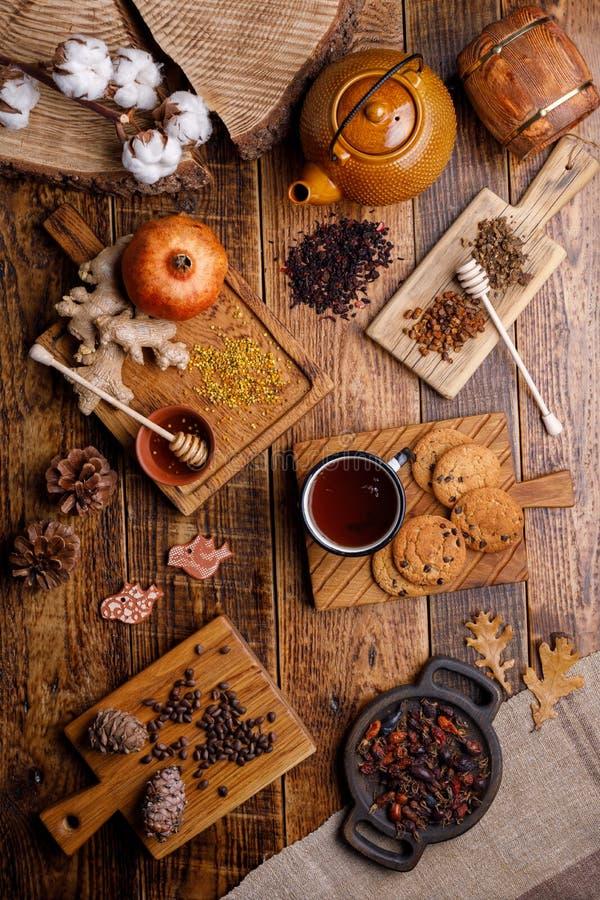 Vida do destilador do inverno do outono com chá e os produtos saborosos Configuração lisa imagens de stock