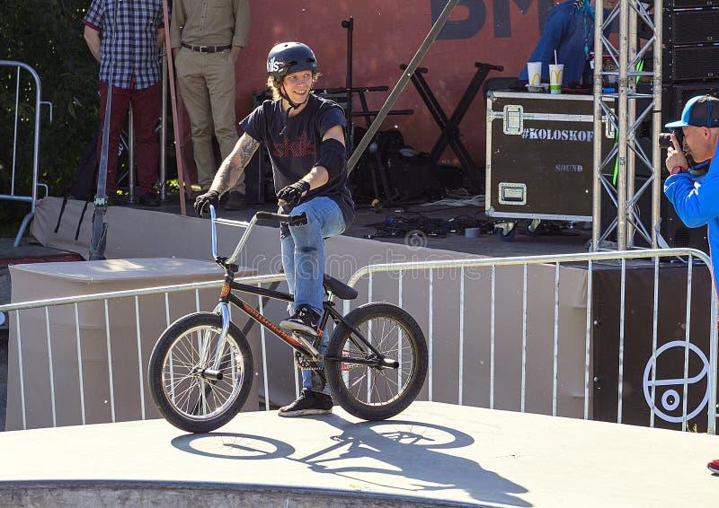 Vida do esporte na cidade Indivíduo novo em uma bicicleta do triciclo competições em esportes extremos fotos de stock royalty free