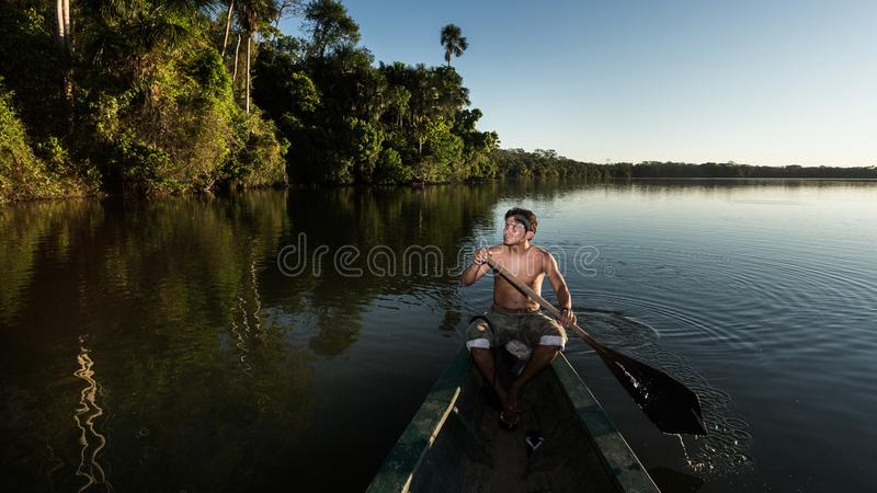 A vida do homem na floresta das Amazonas fotografia de stock royalty free