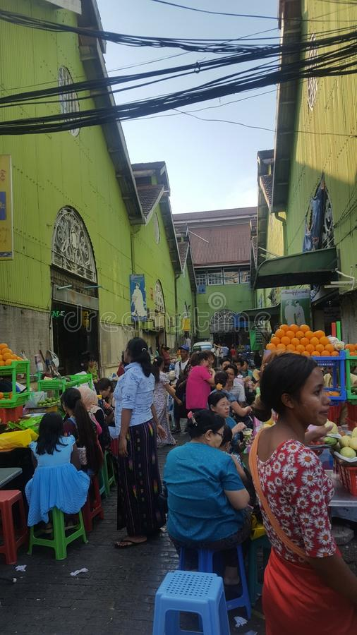 Vida do mercado nas ruas de Myanmar imagem de stock royalty free