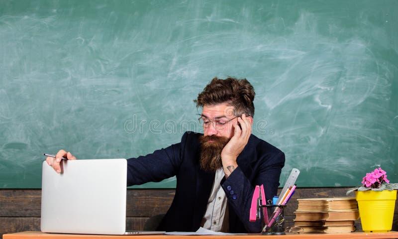 Vida do professor completamente do esforço Professores forçados mais no trabalho do que os povos médios Fadiga de nível elevado T imagem de stock