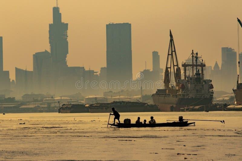 Vida doméstica do homem que navega o barco da cauda longa no rio b do chaopraya fotografia de stock royalty free