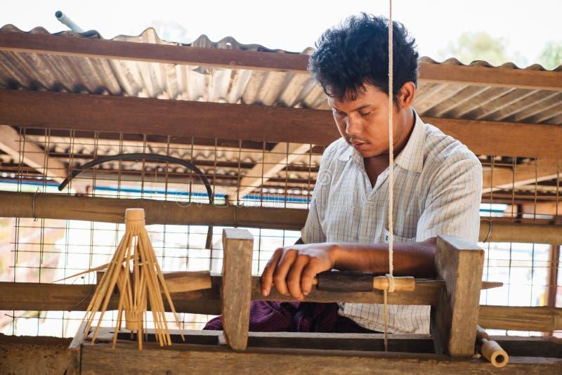 Vida e trabalho rurais de povos burmese para a produção feito a mão imagens de stock