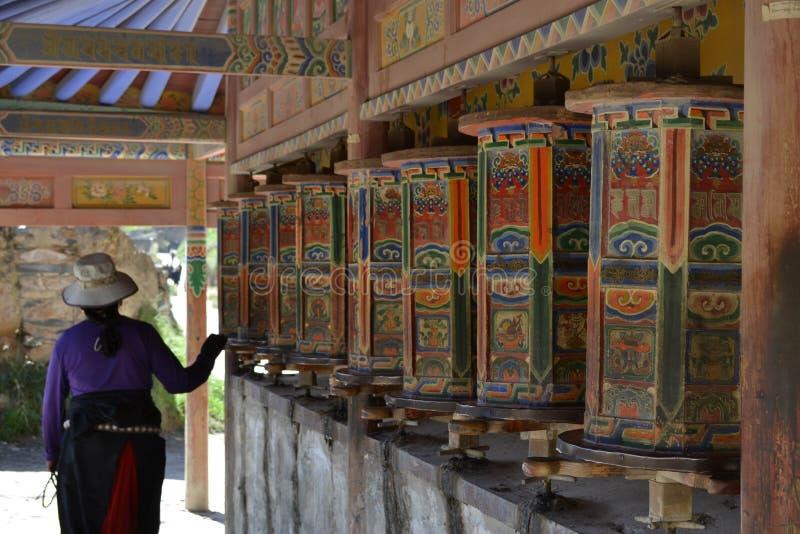 A vida em torno de Labrang em Xiahe, Amdo Tibet, China Peregrinos AR imagem de stock royalty free