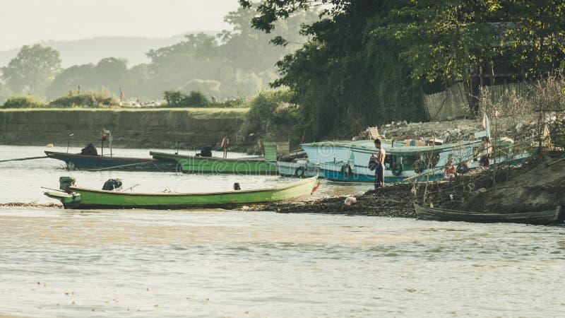 Vida en el otro lado del río en Mandalay, Myanmar Birmania fotos de archivo libres de regalías