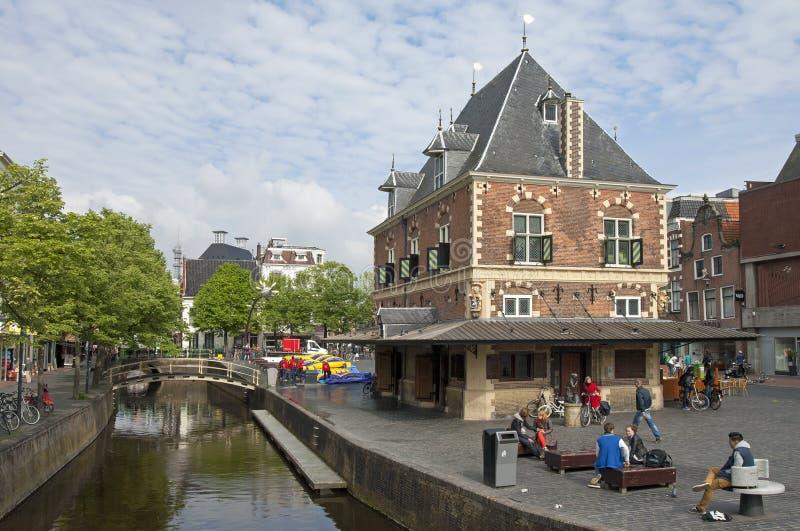 Vida en las calles en la ciudad Leeuwarden, Países Bajos fotografía de archivo