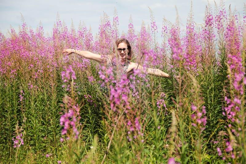 Vida enjoing da jovem mulher no campo de florescência de Sally no dia ensolarado foto de stock royalty free