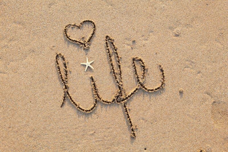 Vida escrita en arena con el corazón imagen de archivo