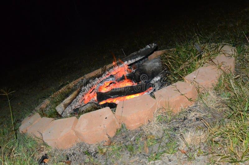 Vida exterior, fogo do acampamento do poço do fogo imagens de stock royalty free