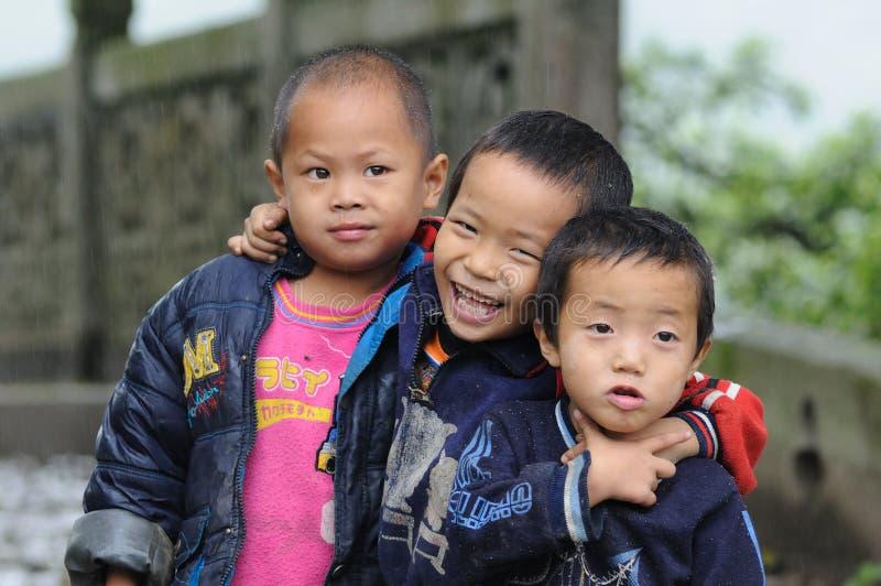 Vida feliz de los niños en el pueblo viejo pobre en China fotos de archivo