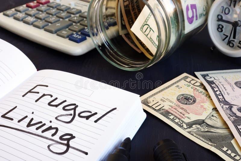 Vida frugal escrita em uma almofada de nota foto de stock royalty free