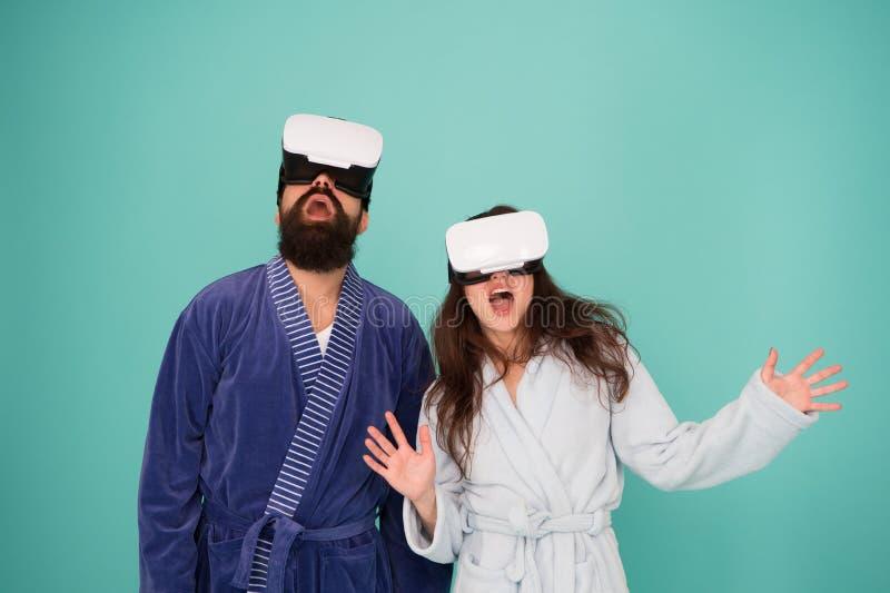 Vida futura Buenos días Pares en amor Familia Realidad virtual Amor Familia feliz en vidrios del vr Hombre barbudo y foto de archivo libre de regalías