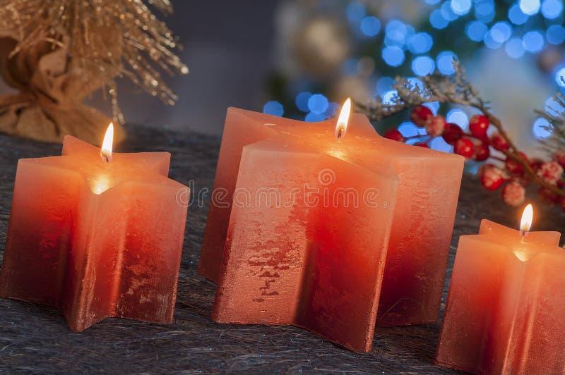 Vida inmóvil de la Navidad de las velas de iluminación caseras fotos de archivo libres de regalías
