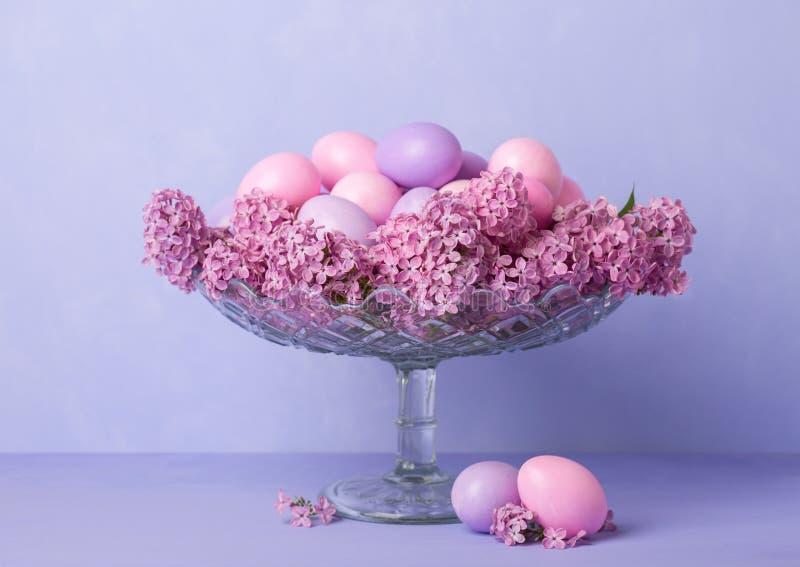 Vida inmóvil retra con los huevos de Pascua y las flores de la lila imagen de archivo libre de regalías
