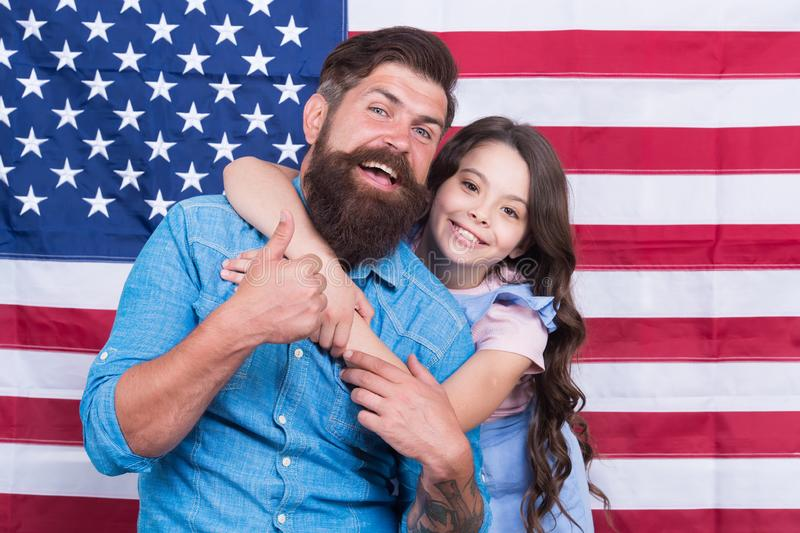 Vida, liberdade e a persegui??o da felicidade Família feliz que comemora o Dia da Independência no fundo da bandeira americana imagens de stock