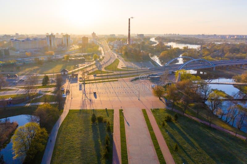 Vida local del tubo y de ciudad de la planta encendida en paisaje aéreo de la luz del sol fotos de archivo