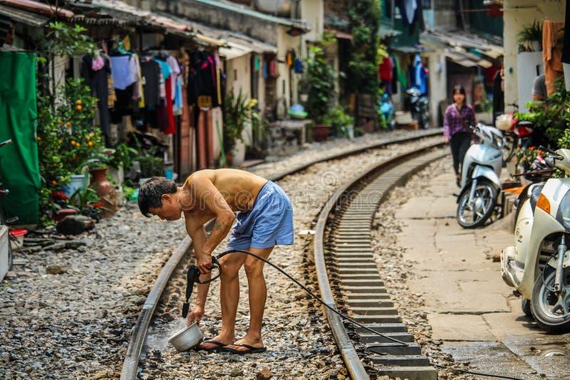 Vida local na rua Hanoi do trem foto de stock