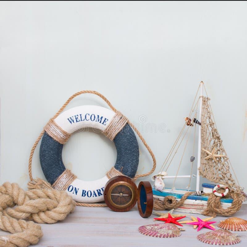 Vida marinha com estrela do mar, barco, compasso e conchas do mar Copie o espaço no fundo claro, retro tonificado foto de stock royalty free