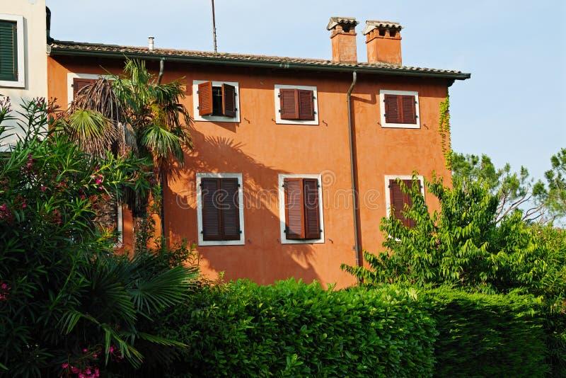 Vida mediterránea casera italiana de la casa anaranjada fotos de archivo
